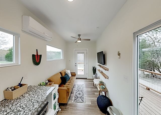 Modern Container Home with Wraparound Deck & Covered BBQ Area, alquiler vacacional en Cypress Mill
