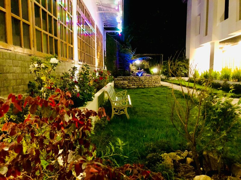 One Luxury Room For Rent, located next to a beautiful garden and restaurant., holiday rental in Ravangla