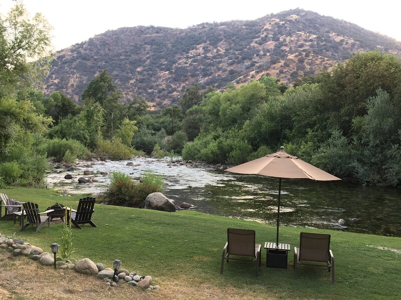 Sequoia River Cabin ~ Romantic Rustic Luxe Riverfront Retreat ~ 5 miles to Park, alquiler de vacaciones en Three Rivers