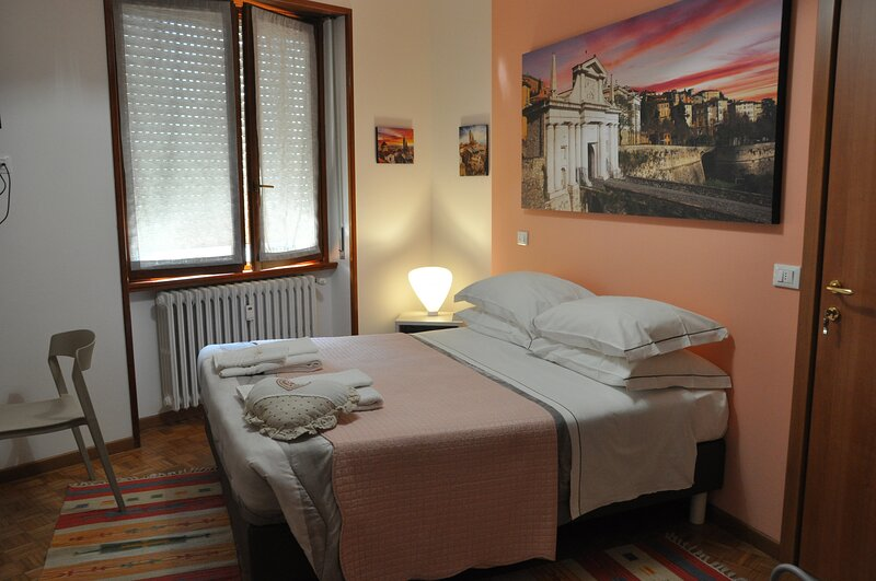 CityWalls Guest House Room 3, holiday rental in Treviolo