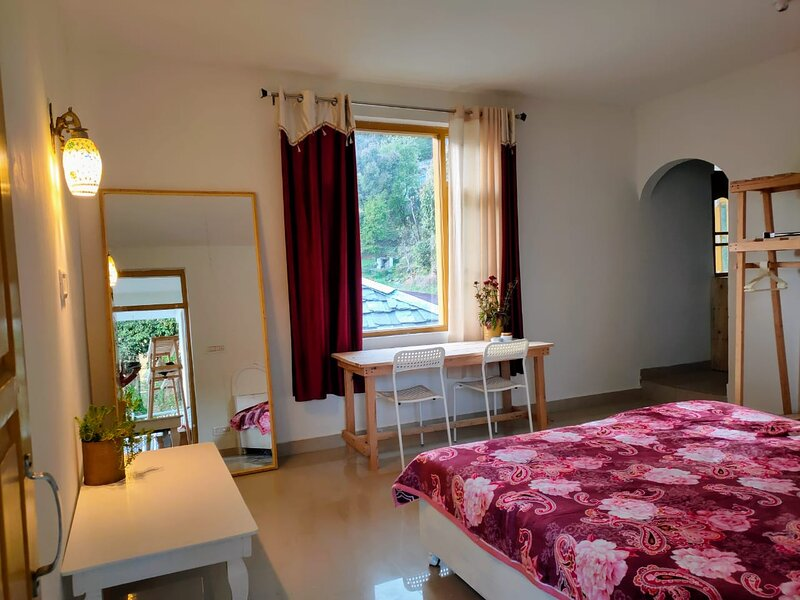 Cosmic geeks- Studio apartment with kitchen & wifi in Upper dharamkot, himachal, vacation rental in Sidhpur