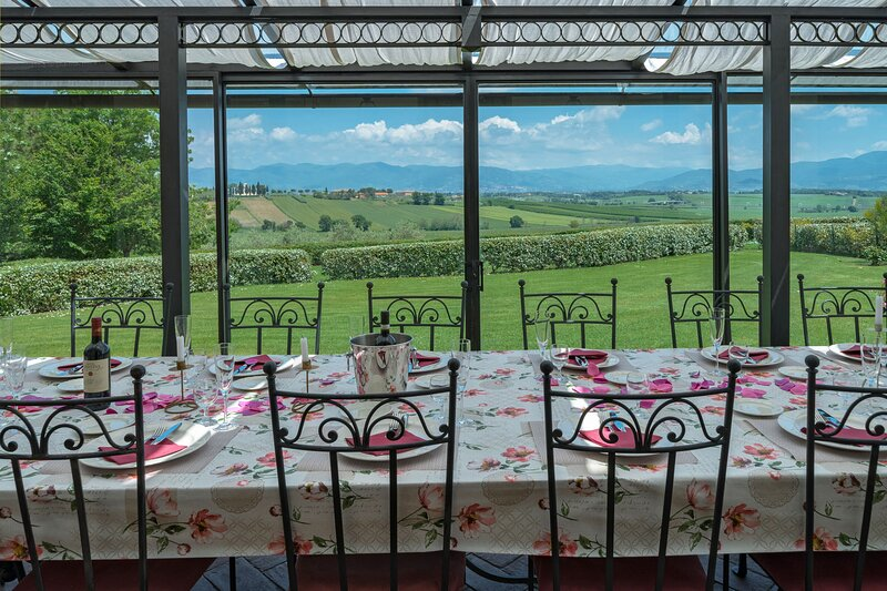 Luxury Villa with indoor and outdoor swimming pool, Hot Tub and Sauna, vacation rental in Castroncello