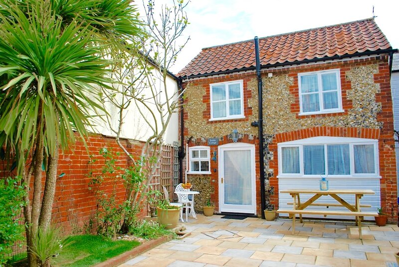 ❤️Romantic Flint Cottage ❤️ on the Suffolk Coast⛱️, holiday rental in Saxmundham