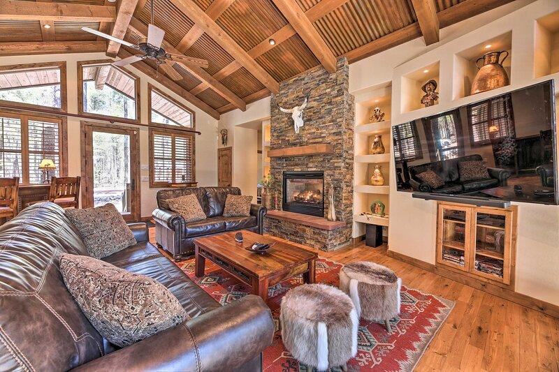 NEW! Luxurious Lakeside Family Retreat w/ Deck!, alquiler vacacional en Vernon