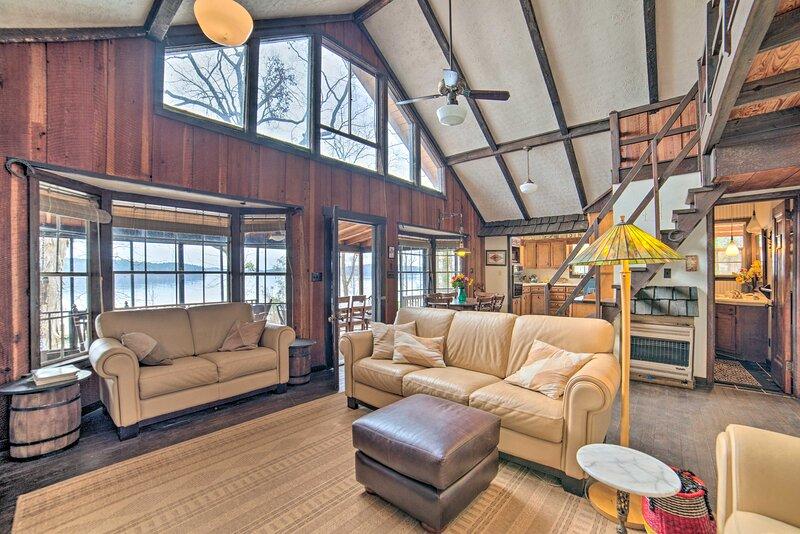 NEW! Authentic Coosa River Retreat w/ Private Dock, alquiler de vacaciones en Clanton
