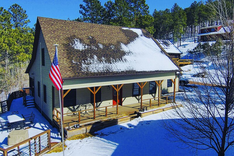 NEW! Keystone Getaway Cabin w/ Mount Rushmore View, holiday rental in Keystone