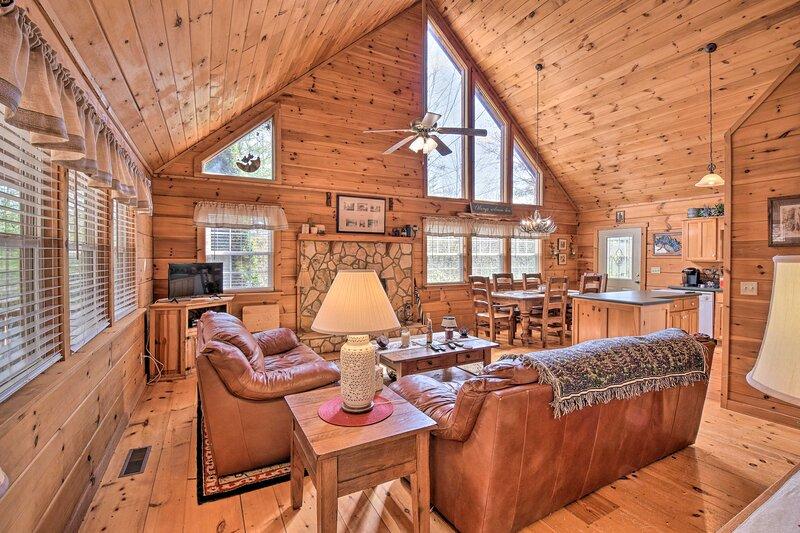 NEW! Pet-Friendly Cabin w/ Porch by Fish Hatchery!, location de vacances à Suches