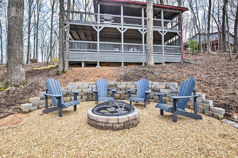 NEW! Serene Cabin Getaway with 2 Decks + Mtn Views, holiday rental in Blue Ridge