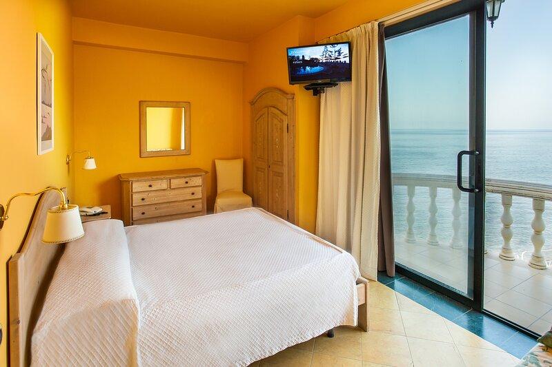 Appartamento 65 mq nuovissimo a 20 mt dal mare, holiday rental in Marina di Caronia