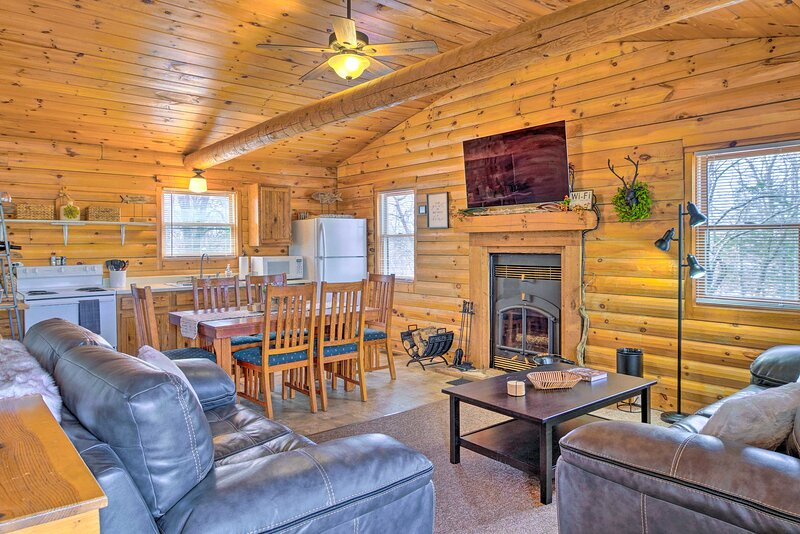 NEW! Cabin Retreat on Table Rock Lake w/ Fire Pit!, holiday rental in Shell Knob