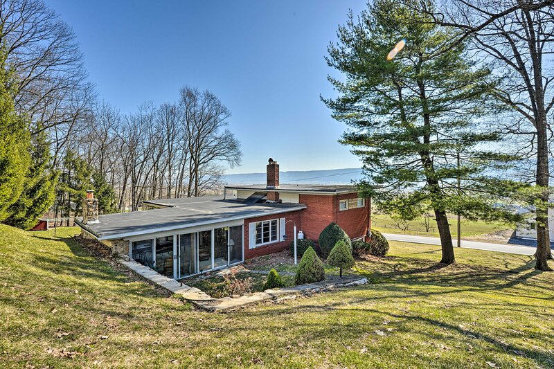 NEW! Cozy Home w/ Patio & Views, Hiking On-Site!, holiday rental in Allensville