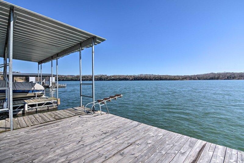 NEW! Table Rock Lakefront Getaway w/Dock+Boat Slip, alquiler de vacaciones en Golden