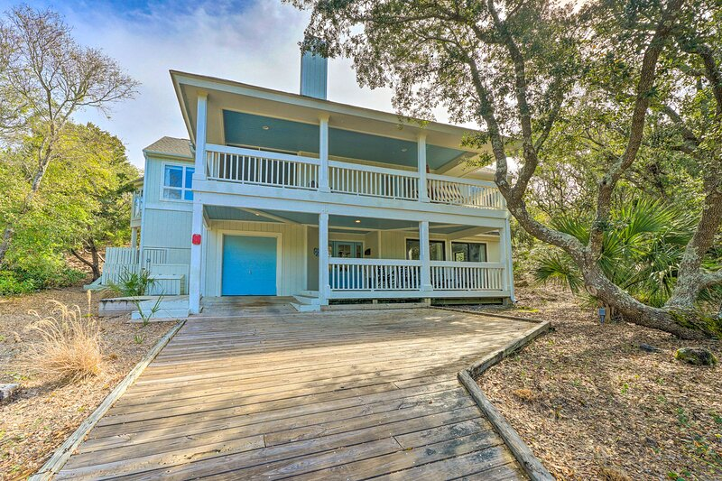 NEW! Chic Beach House: Hike, Swim, Bike & Explore!, location de vacances à Bald Head Island