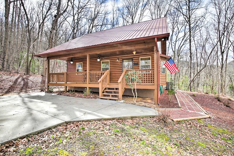 NEW! Cozy Hayesville Retreat w/ Deck & Mtn Views!, aluguéis de temporada em Warne