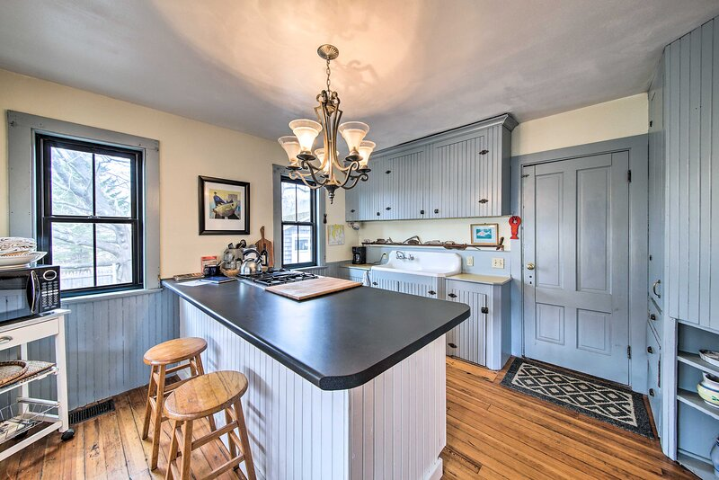 NEW! Charming Cottage w/ Terrace, Walk to Harbor!, holiday rental in Bayville