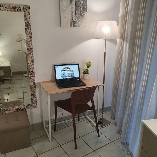 La scrivania con sedia per lavorare da remoto utilizzando il Wi-fi Super Fibra ad altissima velocità