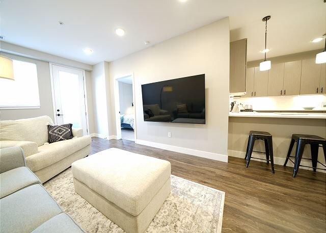New Luxury 2 Bedroom Condo - Amazing Location - Executive Rental, holiday rental in Lakeside