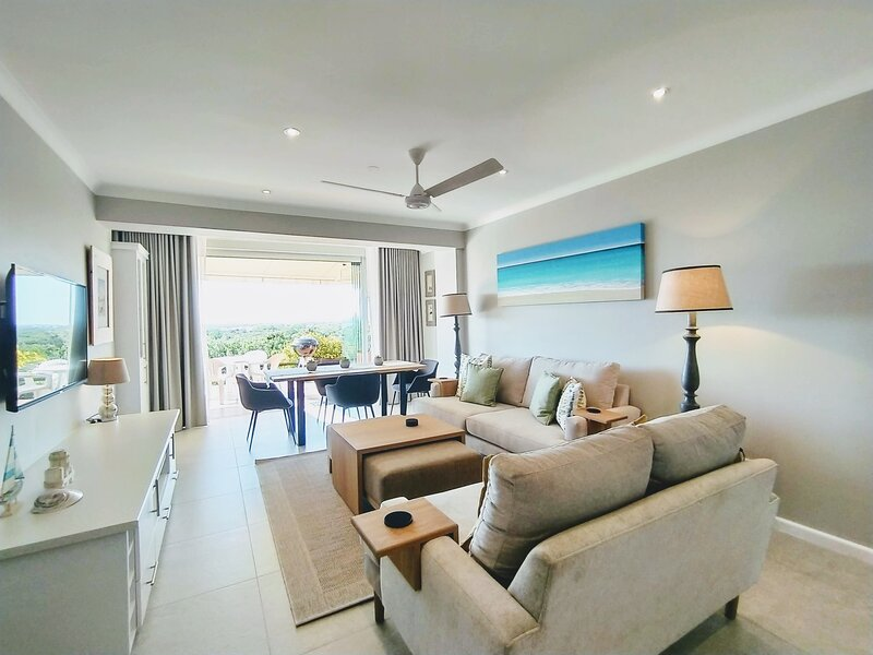 Sara's Upmarket Apartment | Lagoon Views + Patio + Braai | WIFI & DSTV, location de vacances à The Crags