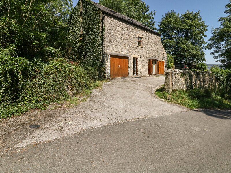THE BARN AT SMALLDALE HALL, family-friendly, mezzanine, in Bradwell, Ref 969611, holiday rental in Edale