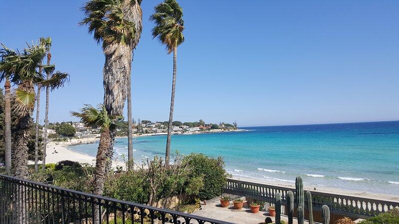 Villa Sogno sulla Spiaggia (Dream on the Beach), mare a 10 m - sea at 10 m, holiday rental in Fontane Bianche