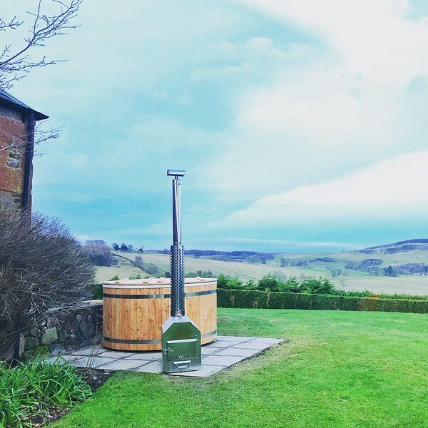 Outfield - pet friendly with private wood burning hot tub and panoramic views, holiday rental in Perth
