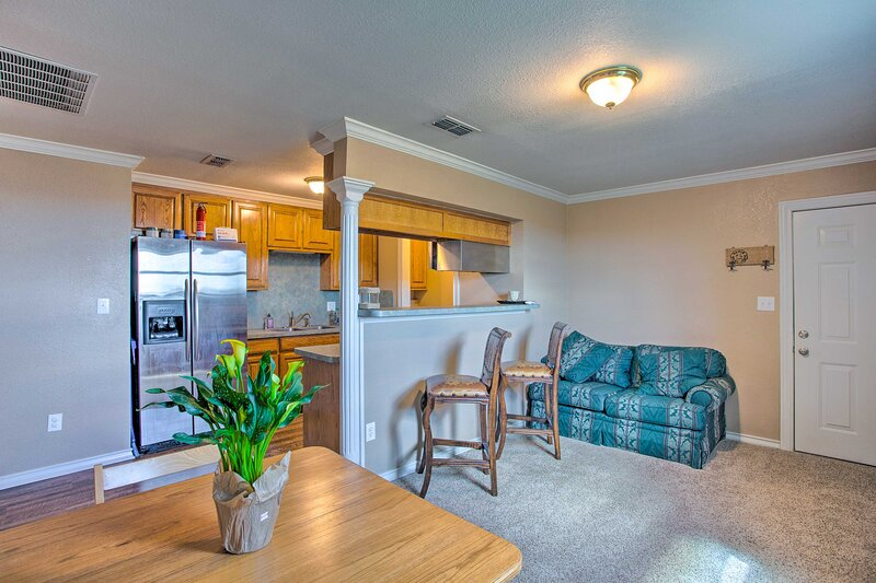 NEW! Unique Remodeled Ranch Apartment in Sanger!, holiday rental in Valley View