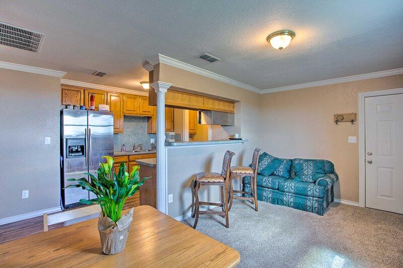 NEW! Unique Remodeled Ranch Apartment in Sanger!, location de vacances à Pilot Point