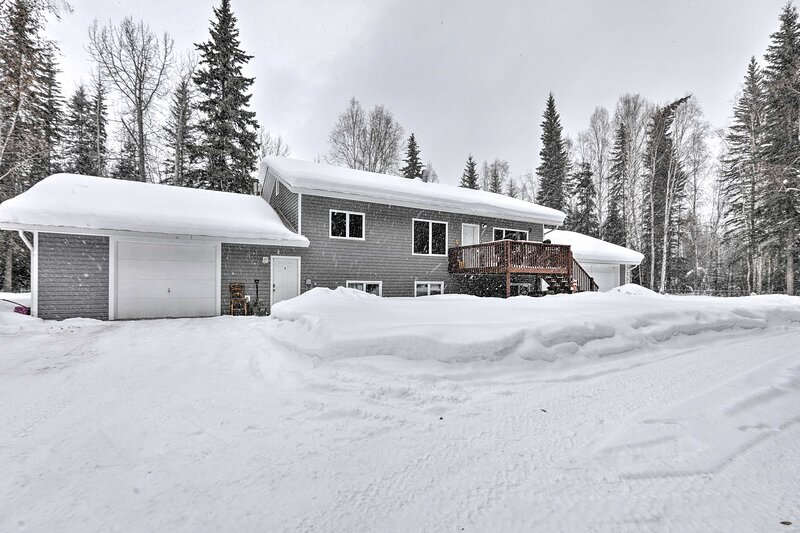 NEW! North Pole Escape: Aurora Lights View & Deck!, holiday rental in North Pole