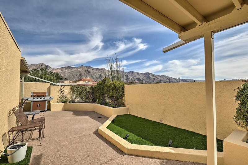 NEW! Tucson Townhome w/ Private Patio & Mtn Views!, alquiler de vacaciones en Catalina Foothills