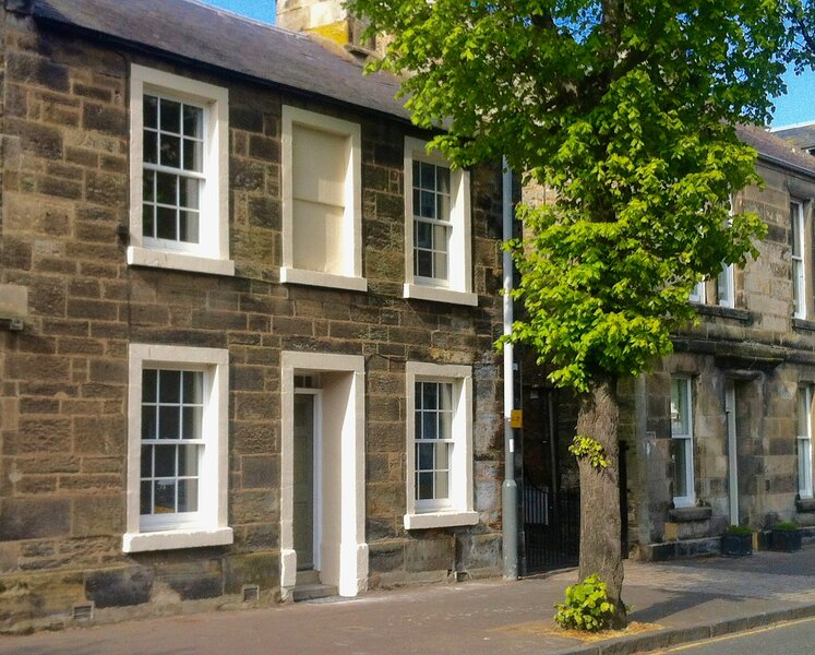 Sumptuous town house with outside terrace in central St. Andrews, location de vacances à St. Andrews