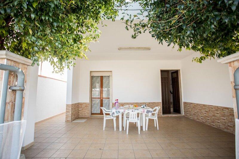 Villino Carolin | zona lidi, spazio esterno, a/c, holiday rental in Scala di Furno