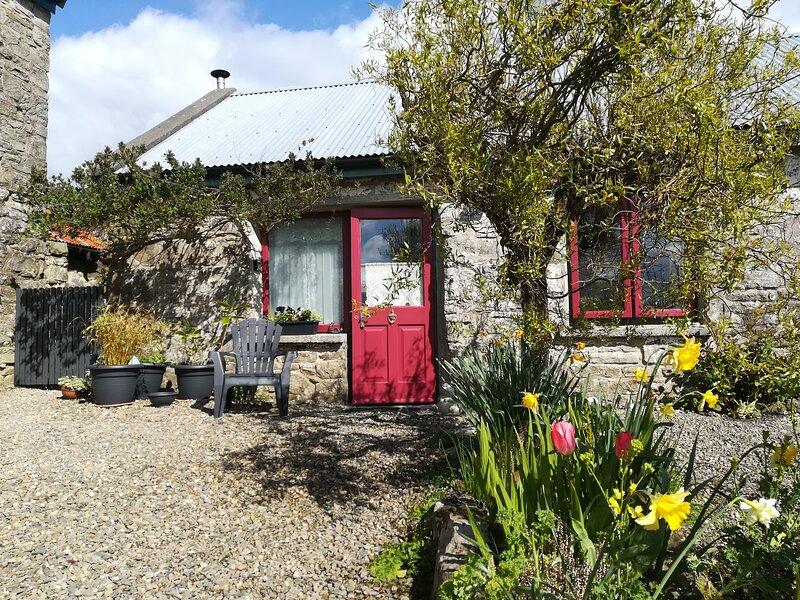 Cozy self catering 'Druid cottage' on scenic hillside.Free internet and parking!, location de vacances à Broadford