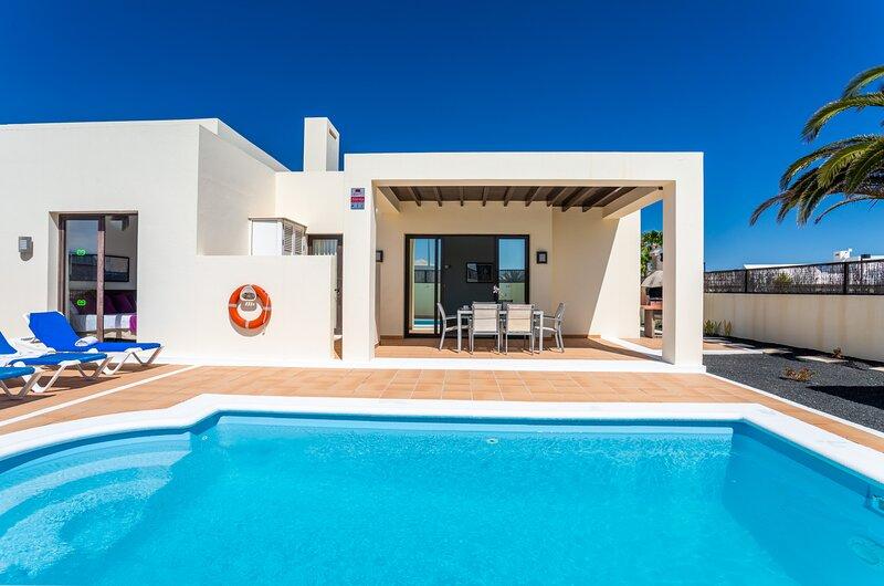 Villas Bahamas Playa Blanca, con Terraza y Piscina Privada, holiday rental in Playa Blanca