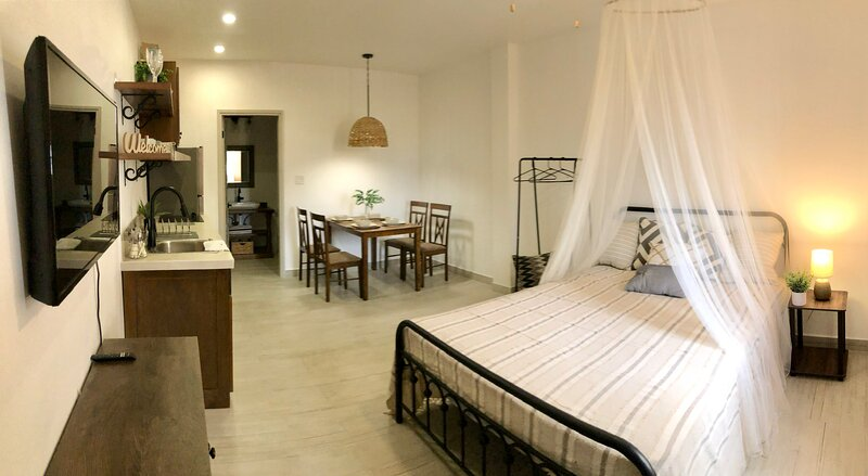 New Super Clean Stylish Apartment, location de vacances à Belize City