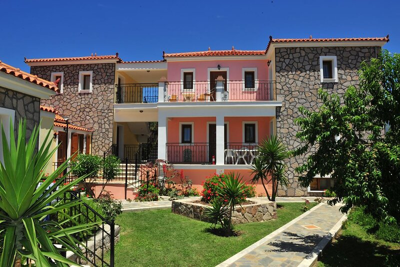 Adorable one bedroom apartment with outdoor pool, holiday rental in Vafios