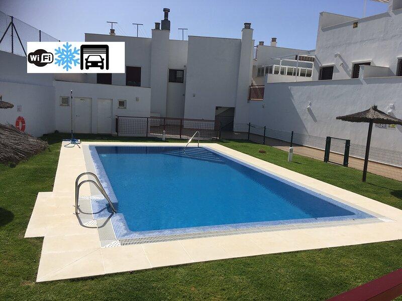 Dúplex de lujo, céntrico con garaje, solárium privado, A/A y WIFI, holiday rental in Conil de la Frontera