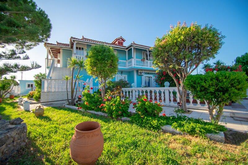 Stathis Beachfront Luxury Rooms 3, holiday rental in Kalamaki