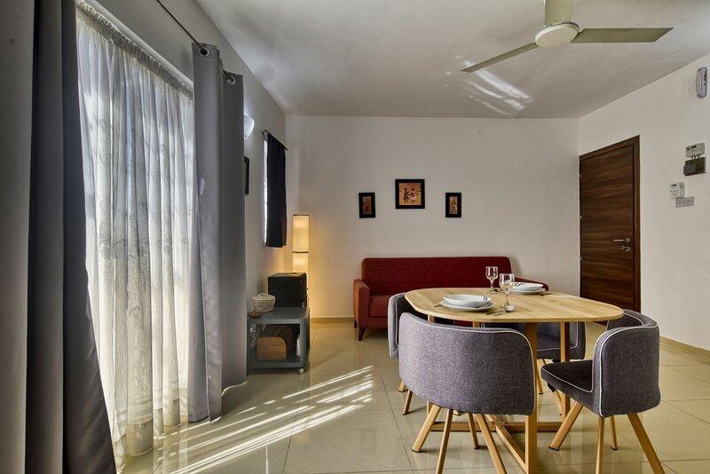 Mellieha 1 bedroom apartment close to sandy beach, alquiler vacacional en Cirkewwa