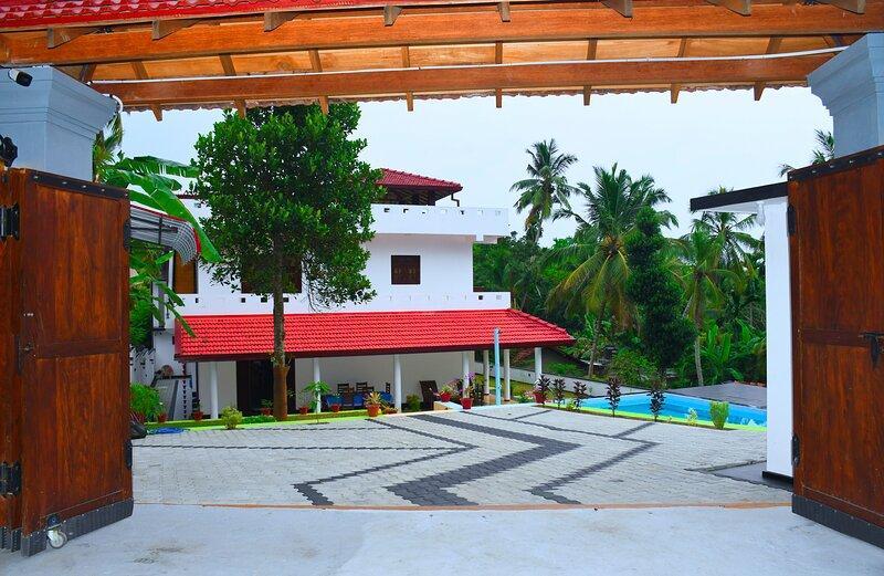 Inviting 5-Bed rooms&pool villa in Talpe Srilanka, holiday rental in Talpe