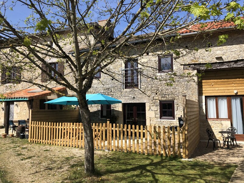 Blacksmiths Cottage in Blanzay - 3 beds, holiday rental in Vaux