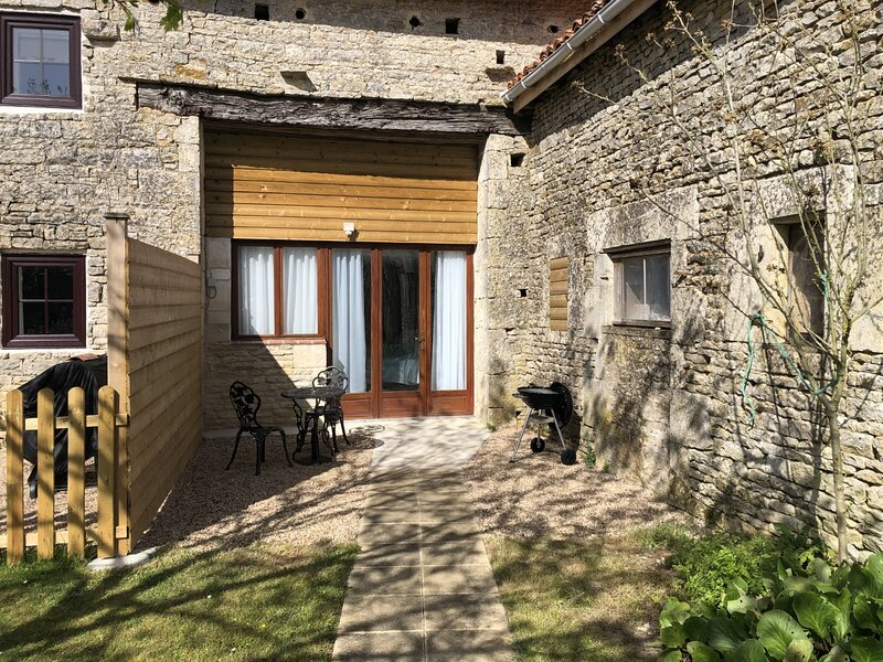 Blacksmiths Apartment in Blanzay - 1 bed, holiday rental in Vaux