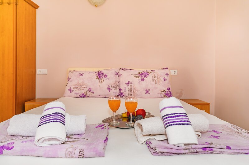 Guest House Edita - Apartment with Balcony, casa vacanza a Velipoje