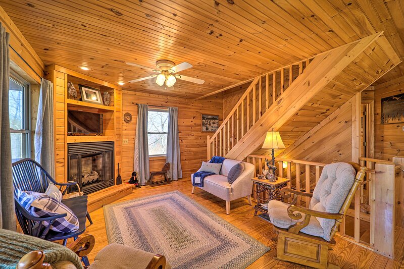 NEW! Rustic Purlear Cabin w/ Mtn Views & Game Room, holiday rental in Hays