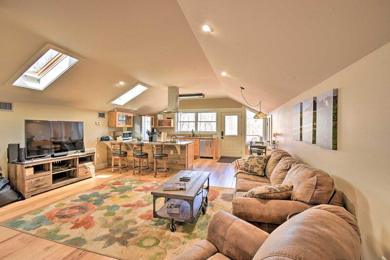 NEW! Romantic, Cozy Loft w/ Yard, 5 Mi to Clemson, location de vacances à Clemson
