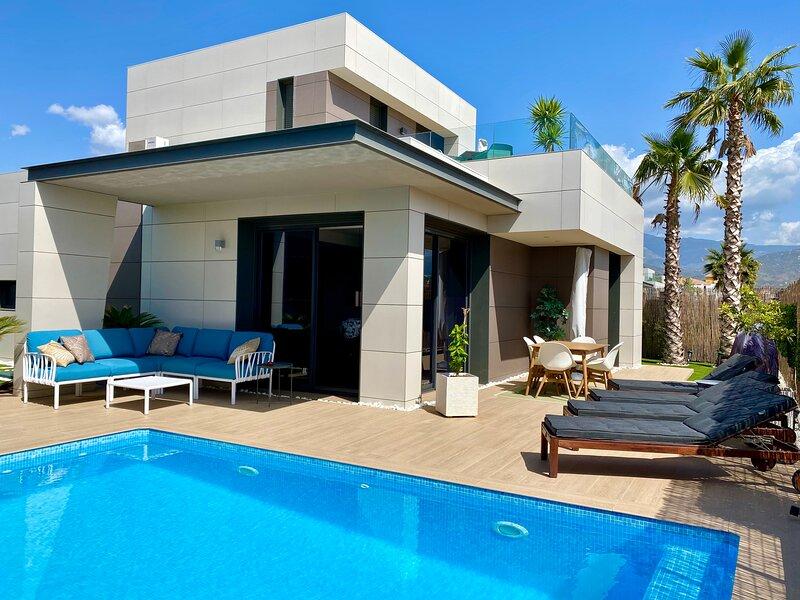 Modern lyxig villa med privat pool, holiday rental in Torre del Mar