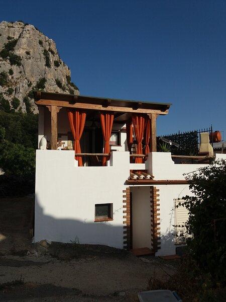 Casa orologio, vacation rental in Baunei