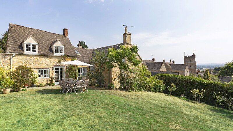 Pilgrim Cottage - Cotswold stone property with large garden and wonderful views., casa vacanza a Moreton-in-Marsh