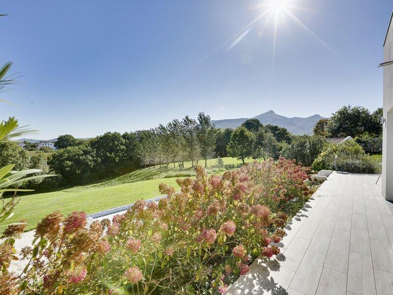 Predoenea - vaste jardin et piscine privative, holiday rental in Lesaka