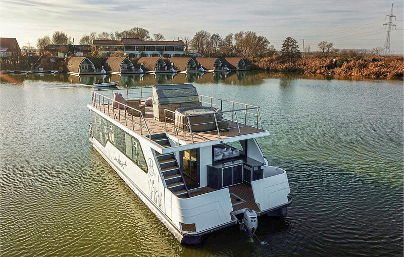 Stunning ship/boat in Milower Land with 2 Bedrooms (DBB020), location de vacances à Tangermuende