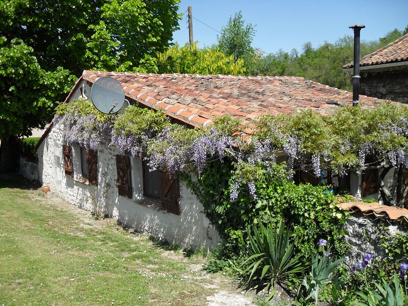 Private tranquil haven - sole gite in superb location with pool Couples only, vacation rental in Auriac de Bourzac